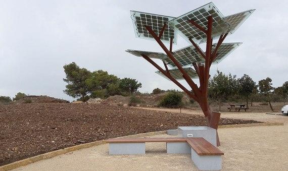 В Израиле создали дерево будущего, которое способно заряжать гаджеты