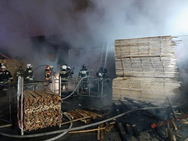 В Березовском горел цех деревообработки с пиломатериалом